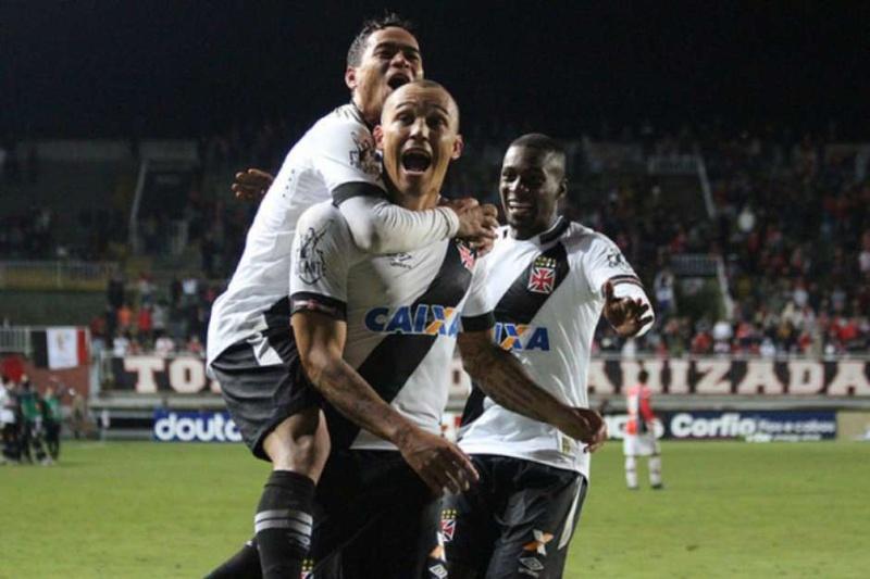 Jogadores comemoram gol do Leandrão