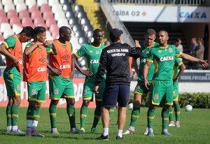 Jogadores do Vasco recebendo instruções do técnico Jorginho