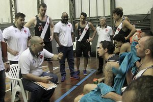 Christiano conversa com a equipe