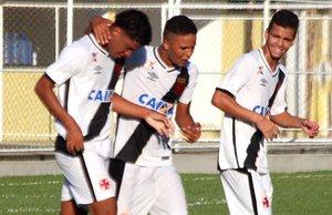 Adson (e) comemora gol com Nathan (c) e Borsatto (d)