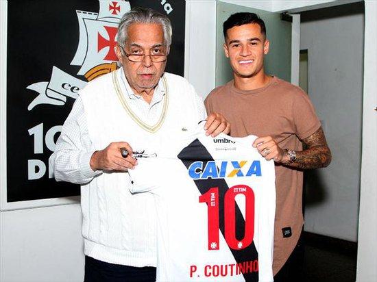 Coutinho é presenteado com uma camisa do Vasco pelo presidente Eurico Miranda