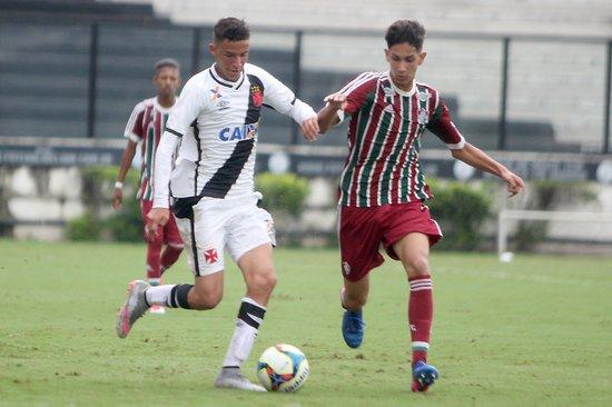 Arthur Sales em ação contra o Fluminense