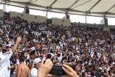 Torcedores cantando Camisas negras durante o Hino Nacional (Foto: Super Vasco)