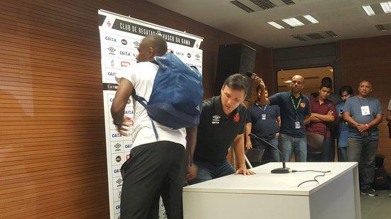 Zé Ricardo é cumprimentado por Juan na sala de entrevistas do Vasco