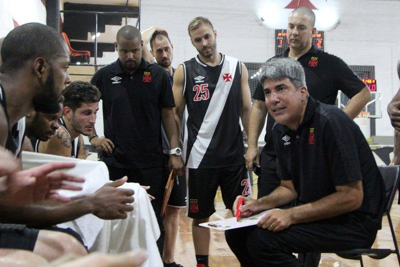 André Barbosa passa instrução para o time