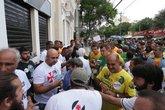 Eleitores de Brant e Horta se unem em frente a São Januário (Foto: Marcio Alves)