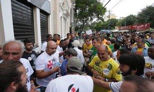 Eleitores de Brant e Horta se unem em frente a São Januário