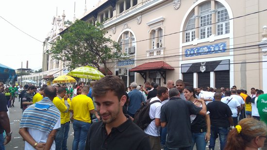 Uma mistura de músicas do lado de fora de São Januário