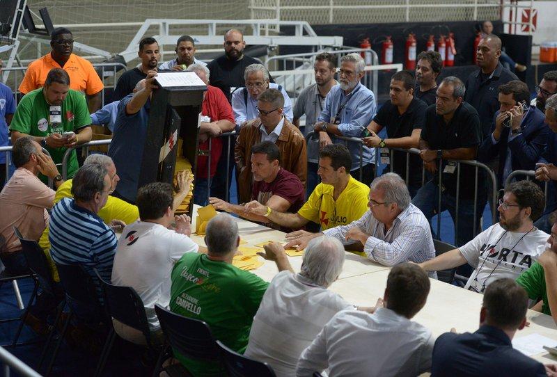 Urna 7 é aberta para contagem de votos: lista de sócios que votaram nela causa polêmica