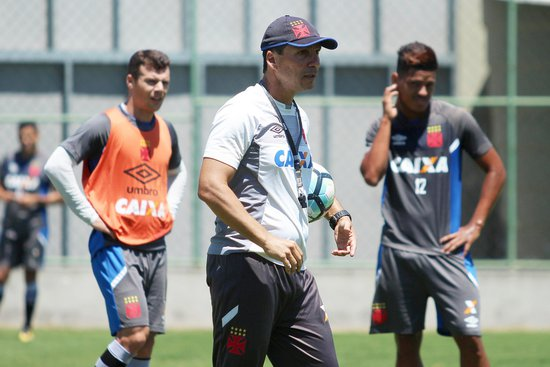 Zé Ricardo orienta atletas durante o treinamento