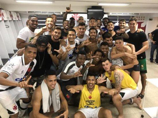 Jogadores do Vasco comemoram classificação