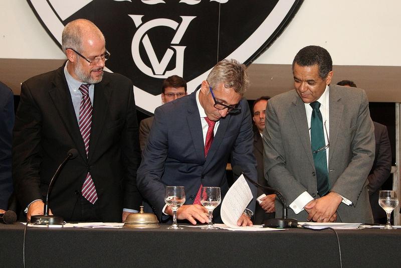 Alexandre Campello assina o termo de posse sob olhares de Roberto Monteiro e Elói Ferreira