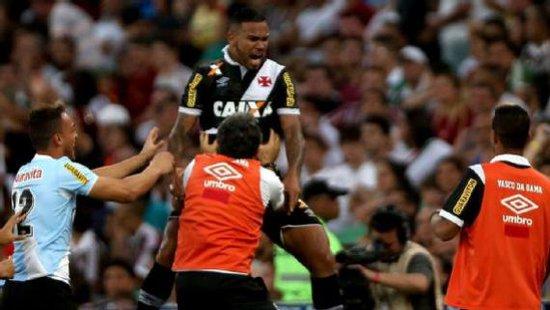 Jhon Cley comemora gol em cima do Fluminense