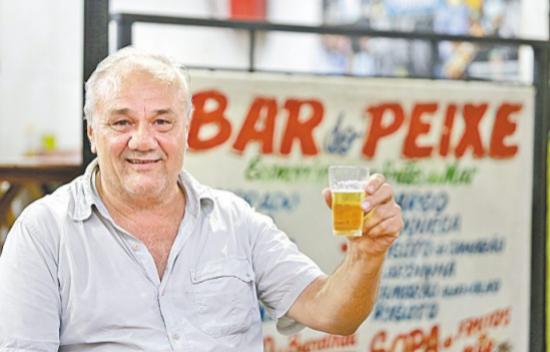 Depois do sufoco na chuva, Seu Mariano volta ao bar para tomar sua cerveja com mais tranquilidade