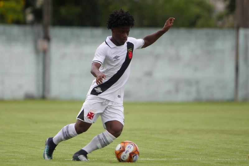 Lucas Santos em ação com a camisa do Vasco