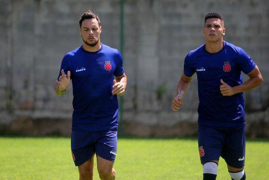 Desábato e Paulinho correm no campo: dupla está liberada para voltar a treinar com o elenco
