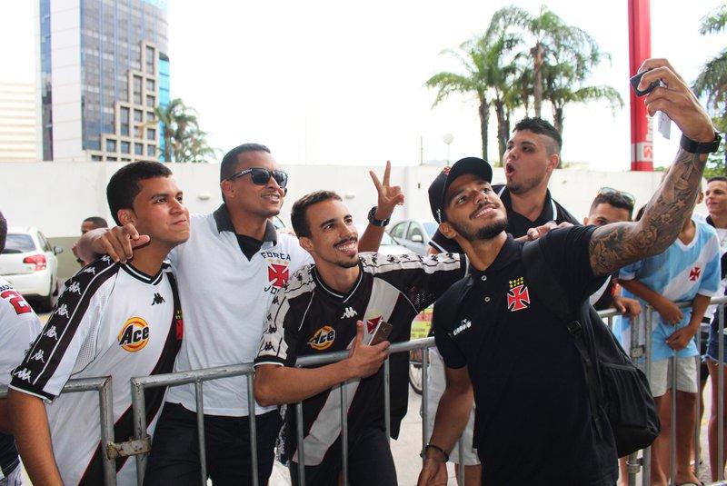 Henrique posa para selfie com capixabas cruzmaltinos
