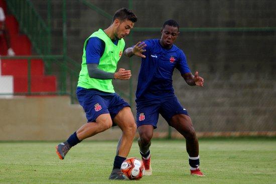 Wellington disputa bola com Bruno Cosendey no treino