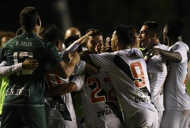 Jogadores comemoram gol marcado por Yago Pikachu