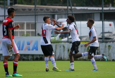 Talles e Brasília comemoram gol