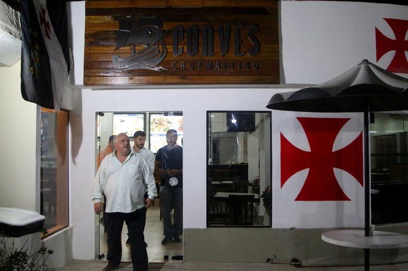 O Vice-Presidente de Patrimônio Luiz Gustavo na entrada do novo restaurante