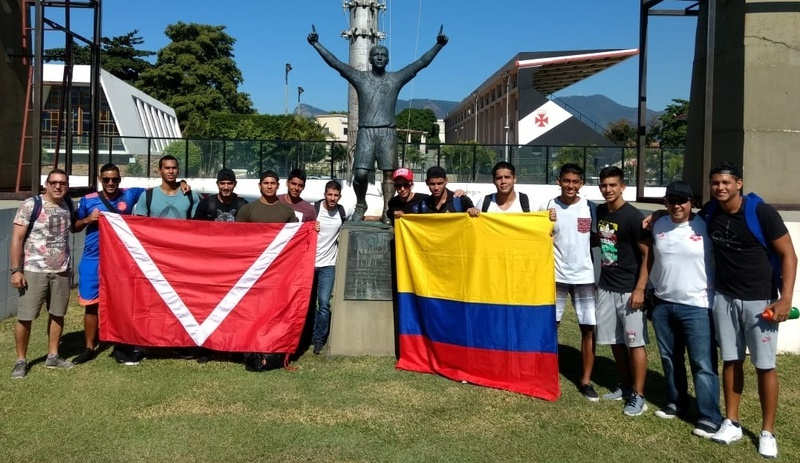 Os atletas tietaram a histórica estátua do Romário pelo milésimo gol