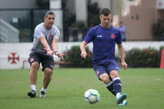 Wagner recebe orientação de Jorginho durante treino