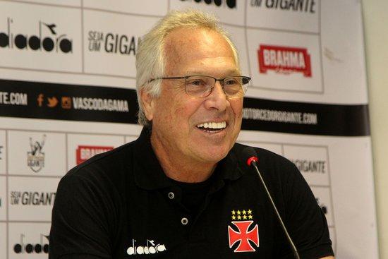 Alberto Bial durante sua apresentação como técnico do Vasco