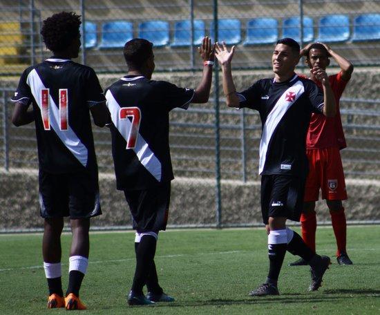 Brendon comemora gol com os companheiros de equipe