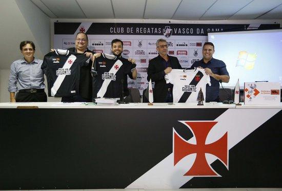 Dirigentes do Vasco exibem camisa com a marca do GPI; busca por patrocínio master continua