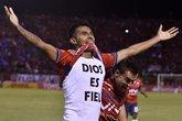 Gilbert Álvarez em ação pelo Jorge Wilstermann (Foto: AFP)