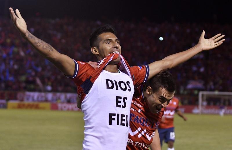 Gilbert Álvarez em ação pelo Jorge Wilstermann