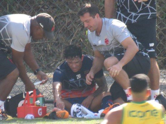 Giovanni Augusto sofre pancada durante jogo treino