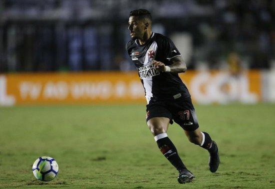 Henrique em ação contra o Fluminense na Colina