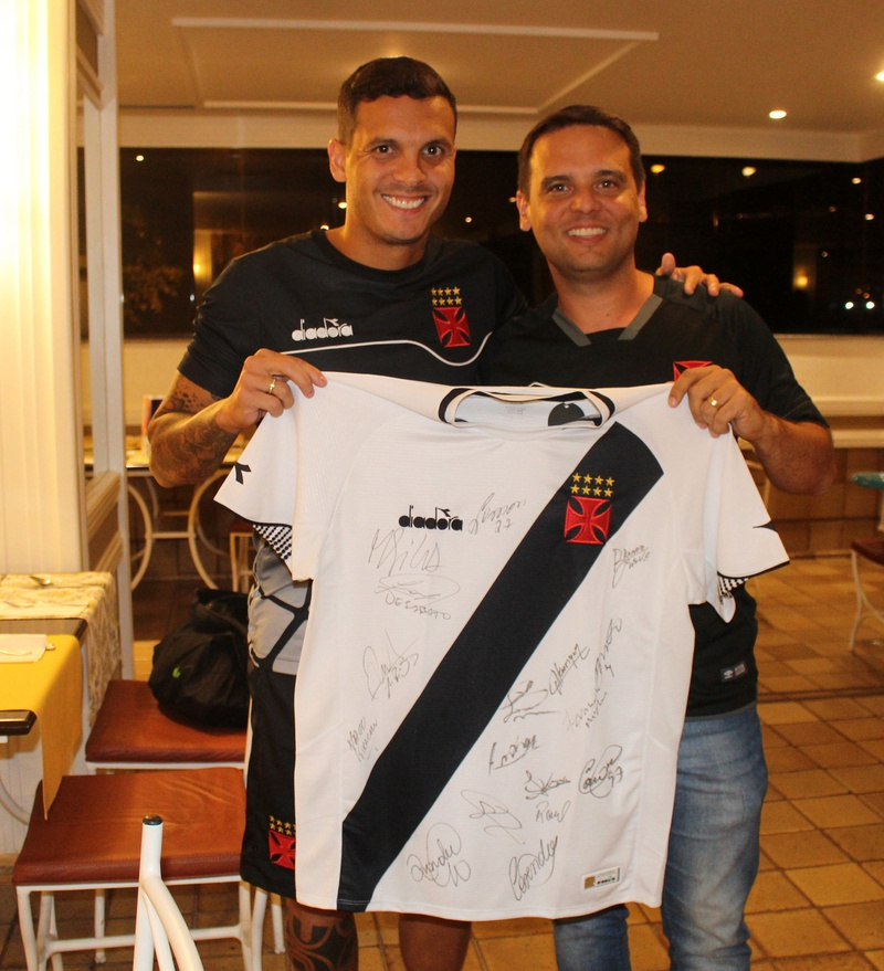 Huellinton Ramos Dias resgatou uma camisa autograda pelo grupo