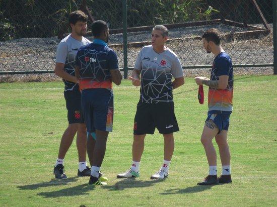 Jorginho conversa com Breno e Luiz Gustavo em Pinheiral