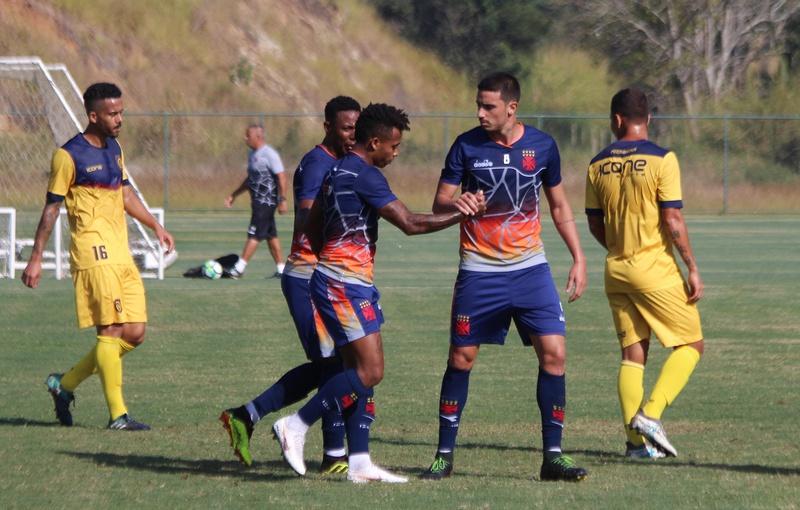 Paulo Vitor e Thiago Galhardo comemoram um dos gols