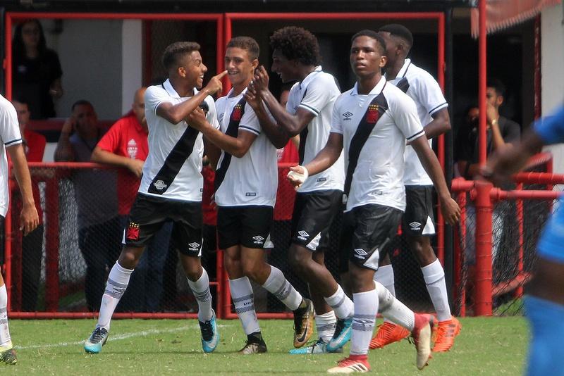 Vasco e Flamengo duelam valendo a liderança