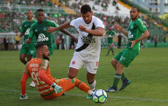Andrés Ríos dribla Jandrei para marcar contra a Chapecoense no 1º turno
