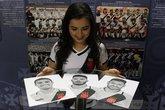 Brenda posa com os desenhos de Thiago Galhardo, Henrique e Andrés Ríos (Foto: Carlos Gregório Jr/Vasco.com.br)