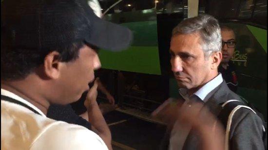 Alexandre Campello ouviu a reclamação dos torcedores antes de entrar no ônibus