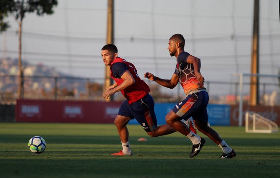 Andrey supera a marcação de Willian no treino
