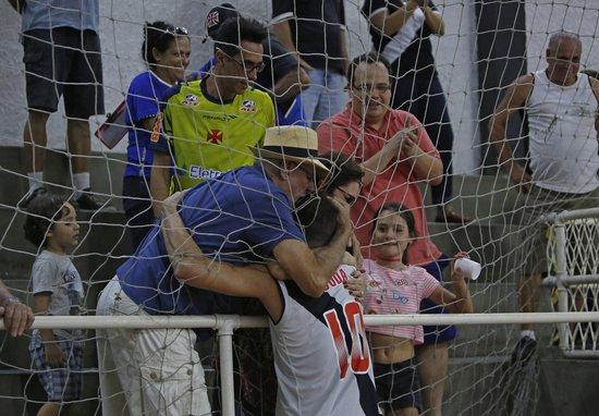Duda recebe o carinho da família após a vitória sobre o Botafogo