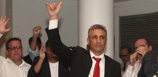 Campello comemora no dia em que se tornou presidente do Vasco