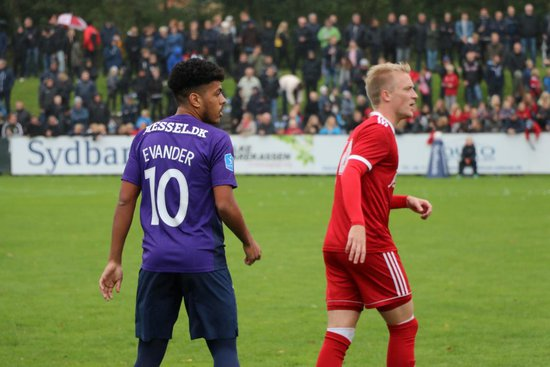 Evander em ação na estreia pelo Midtjylland. Assim como no Vasco, o meia veste a 10 na Dinamarca