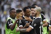 Fabrício é abraçado por jogadores do Vasco após passe para primeiro gol na vitória por 2 a 0 (Foto: André Durão/Globoesporte.com)