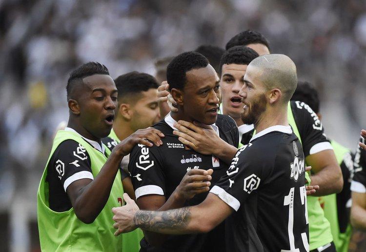 Fabrício é abraçado por jogadores do Vasco após passe para primeiro gol na vitória por 2 a 0