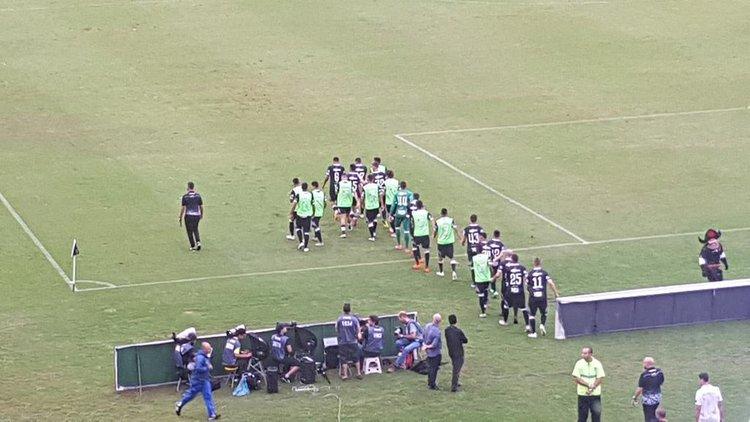Jogadores do Vasco entram de mãos dadas na volta do intervalo