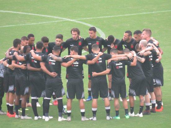 Jogadores do Vasco formam corrente antes do aquecimento
