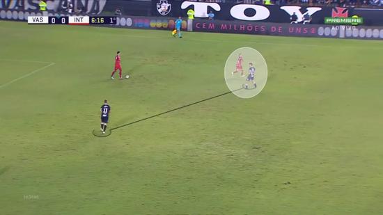 Vasco exercia pequena pressão no setor da bola e força um passe, recuperando a posse de bola